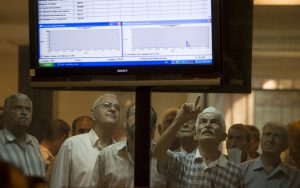 Investors monitor prices at the Iraq Stock Exchange in Baghdad June 21, 2009. REUTERS/Thaier al-Sudani (IRAQ BUSINESS) - RTR24VL3